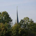 die Kirche hinter Bäumen